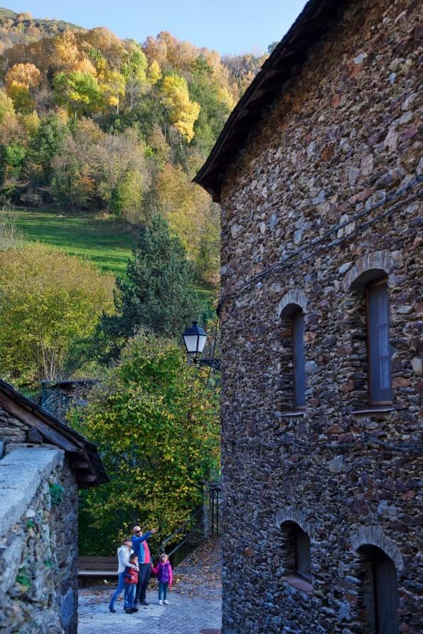 Wandelen langs de oude huizen in Vall d'Àneu ©OriolClavera