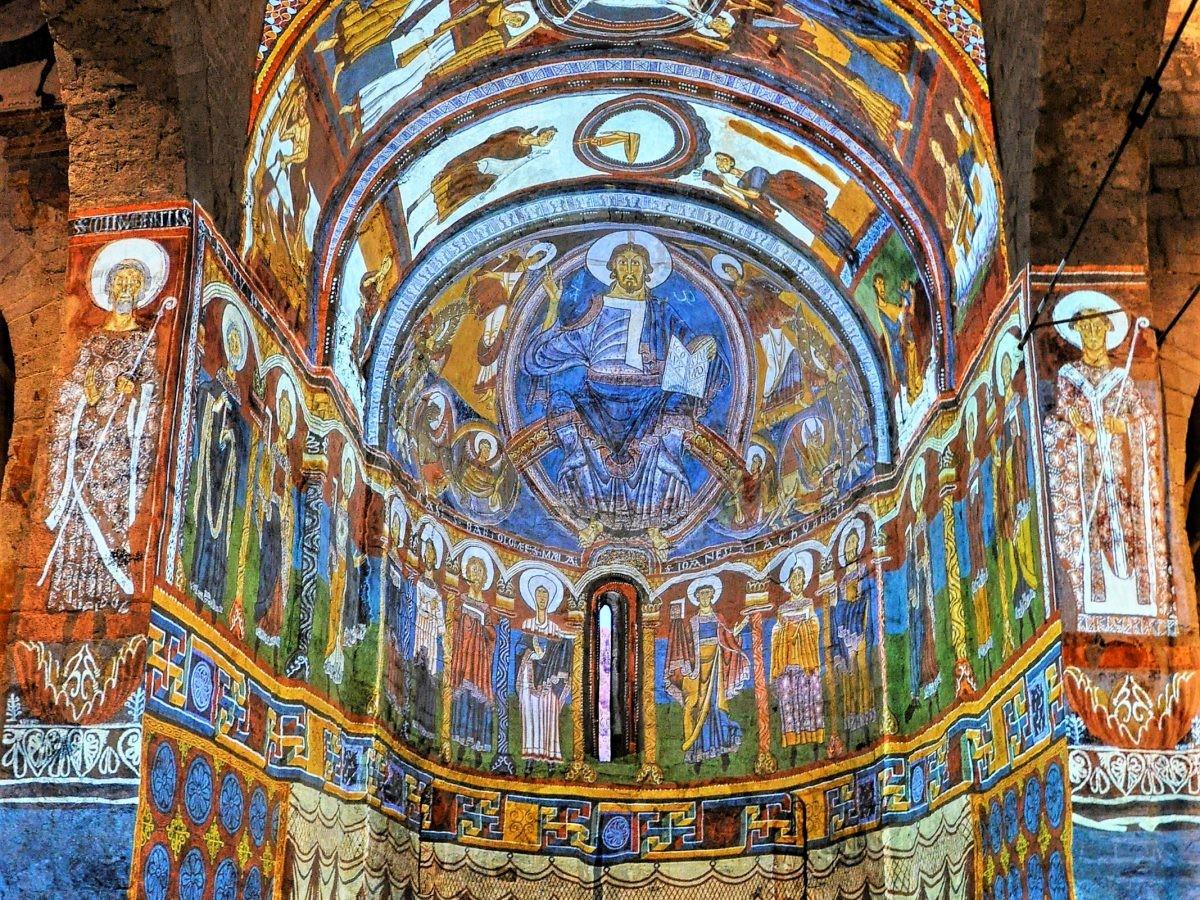 Projectie via video-mapping van de prachtige muurschilderingen in Sant Climent de Taüll in Vall de Boi © Adeline Gressin