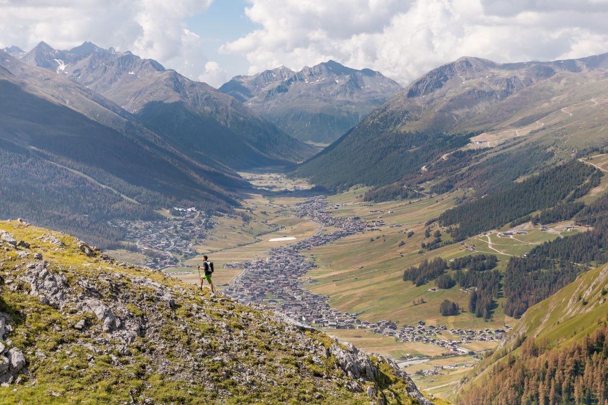 Hiken met zicht op Livigno op het plateau van 1816 meter. Copyright: Livigno