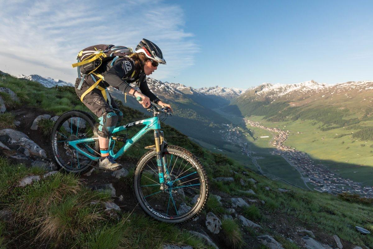 Mountainbiken met zicht op Livigno. Copyright: Livigno