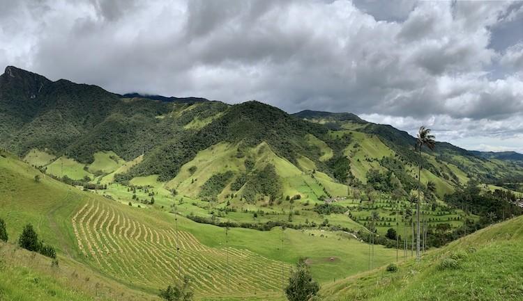 Al het regen kleurt de vallei prachtig groen.