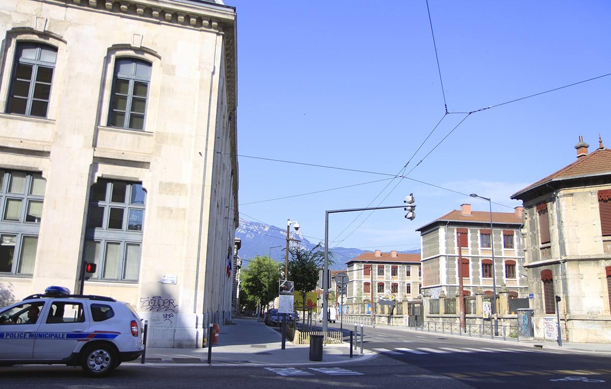 Overal in de stad zijn de omliggende bergen te zien