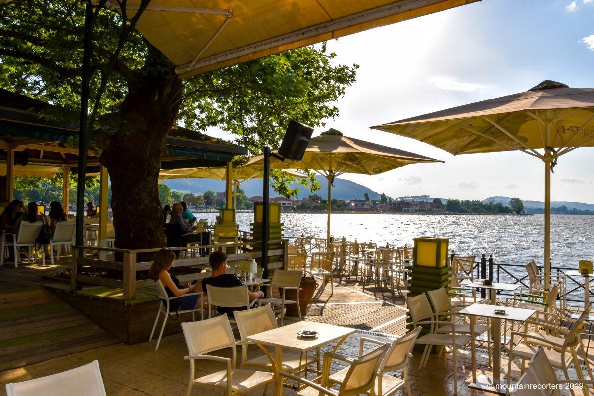 Ioannina. GEzellig een hapje en drankje doen aan het water.