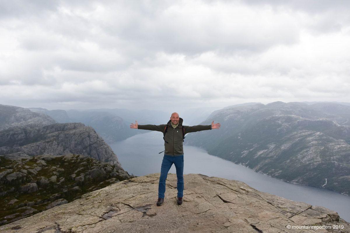 Een mountainreporter op de Preikestolen.