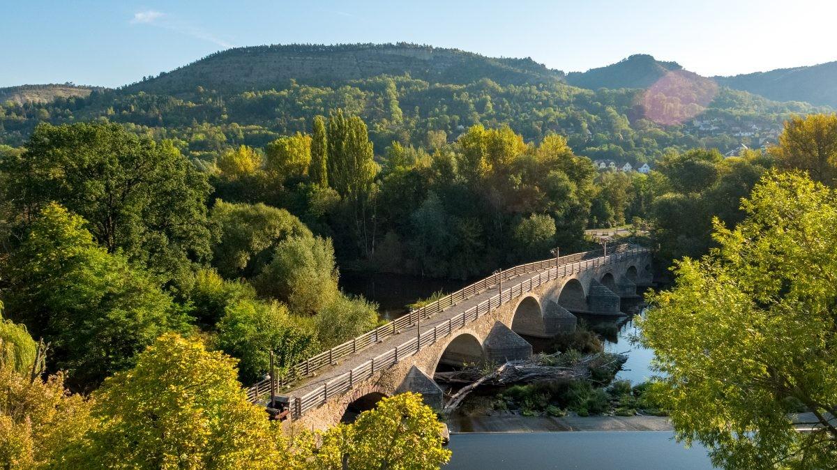 De tocht voert door prachtig groen en langs rivieren. Foto: Moritz Kert