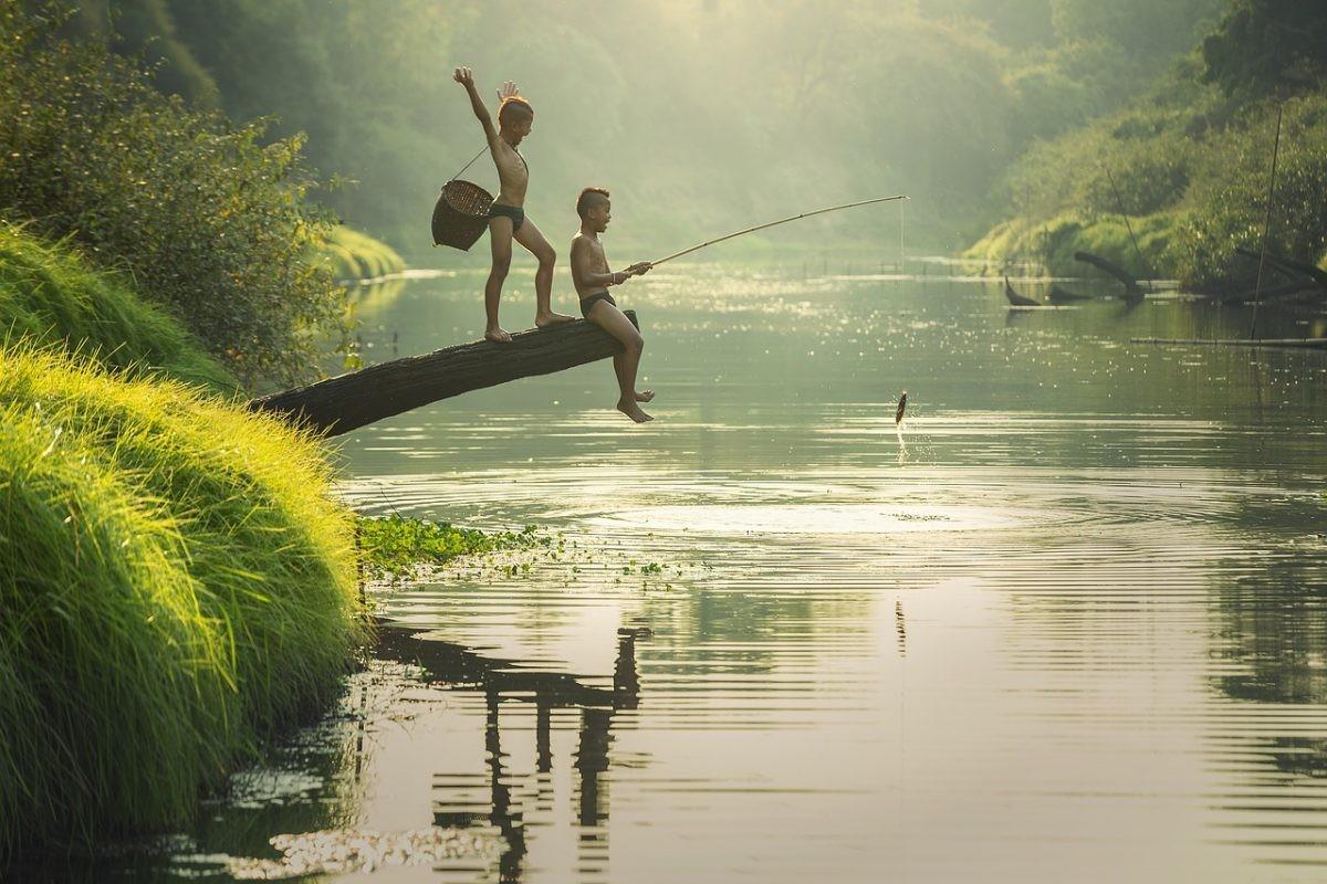 Twee Cambodjaanse jongens vissen in de rivier. Foto: Pixabay