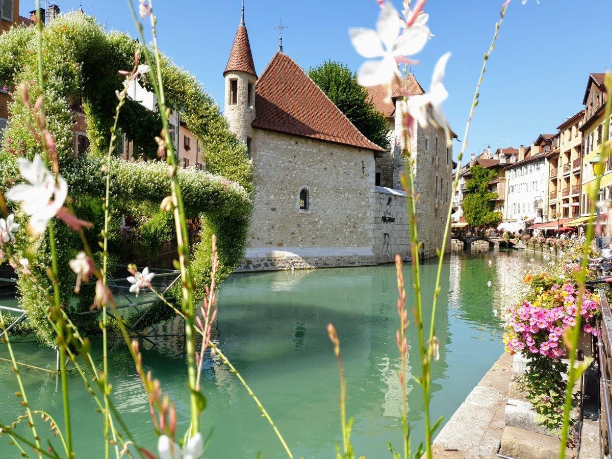 Annecy en een van de bloemen kunstwerken die in het stadje te zien zijn. Foto: Sietske Mensing