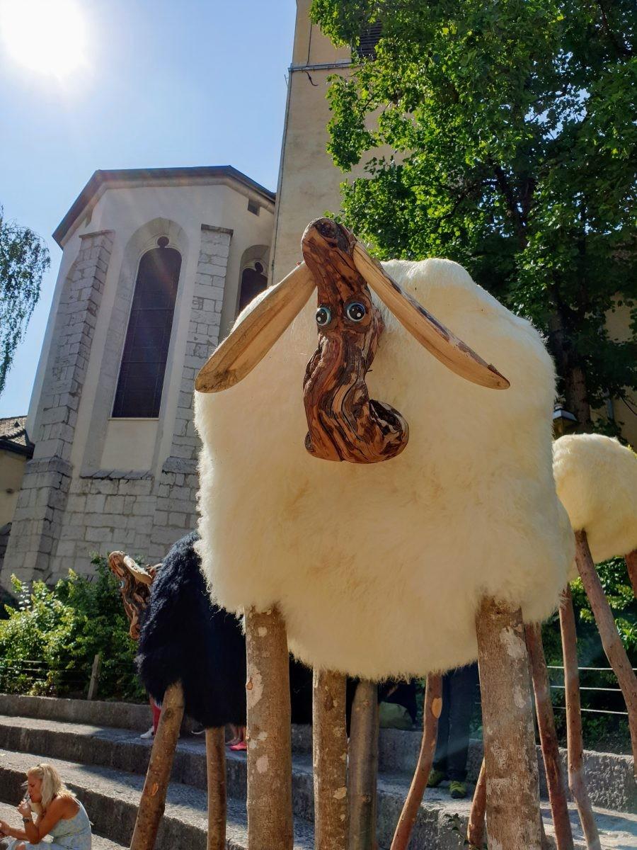 Een van de exposities in Annecy, schapen die hoogwater verwachten. Foto: Sietske Mensing