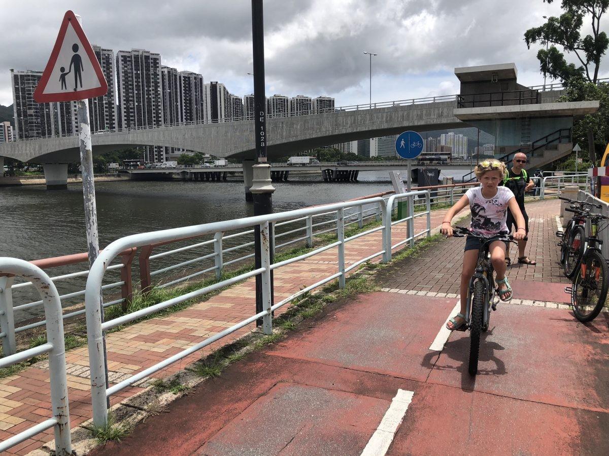 Breed fietspad langs Shing Mun rivier