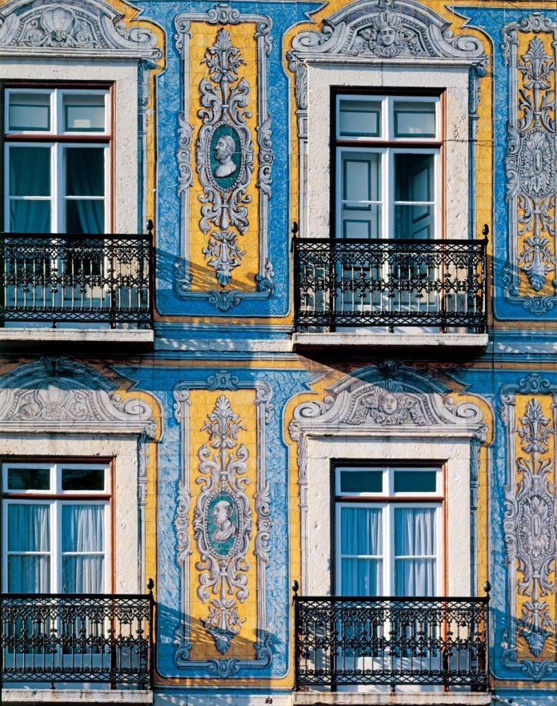 Overal zie je de kleurrijke Portugese tegeltjes