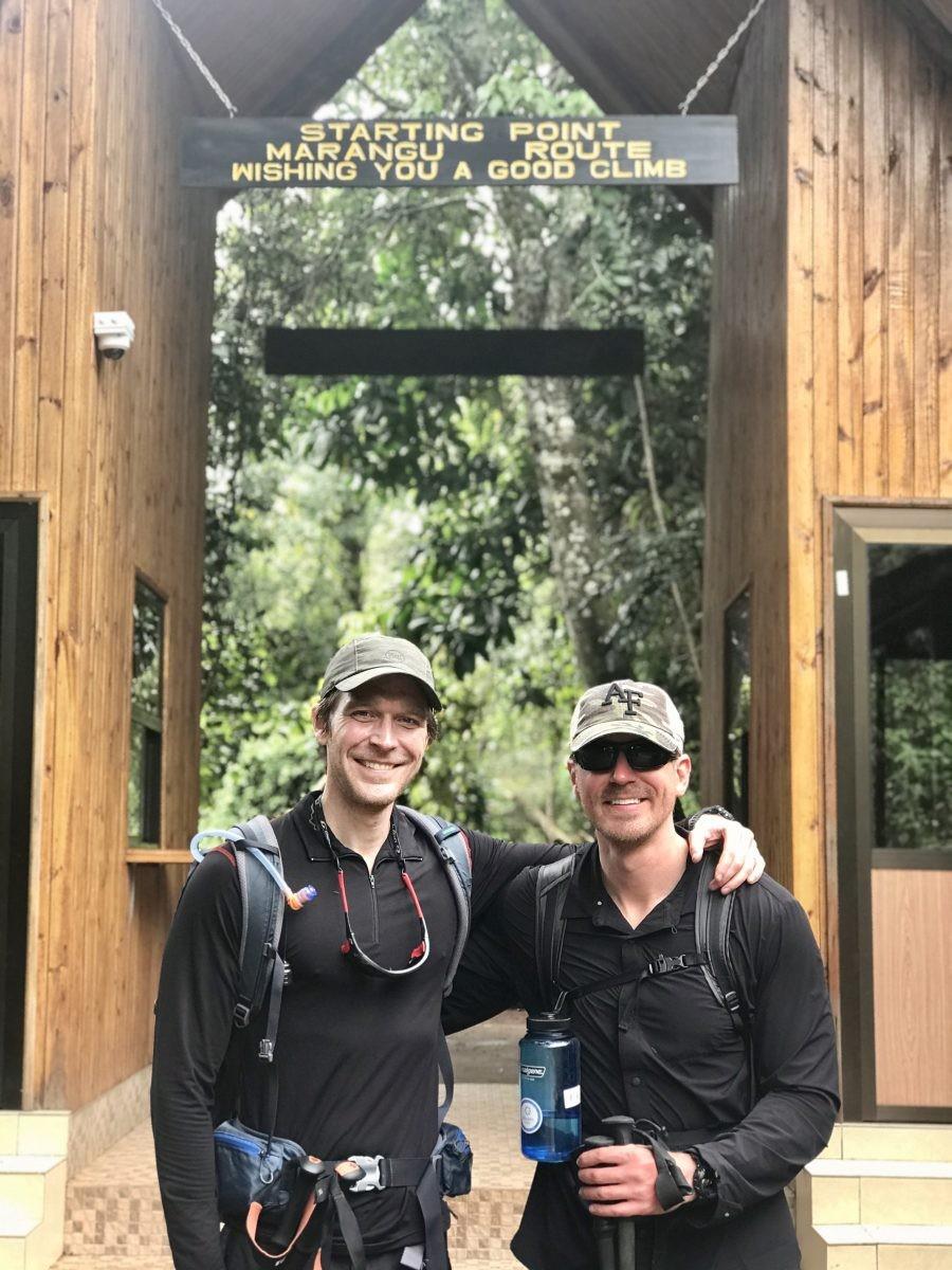 Na zeven dagen en het bereiken van de top komen deze Amerikaanse mannen weer aan bij het startpunt aan de voet van de Kilimanjaro. Wat ze nu gaan doen? 'Drink a beer! Do they have beer here?!' Foto: Pauline van der Waal
