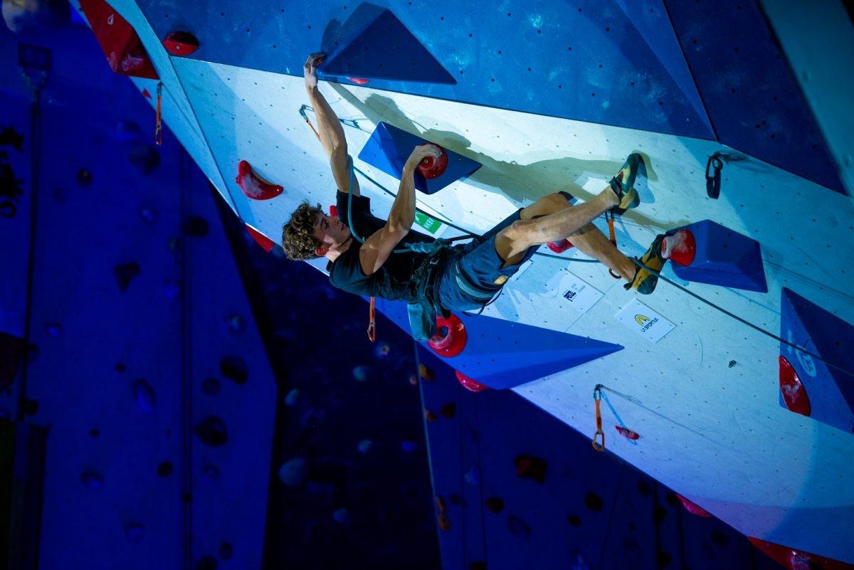 Mark in actie tijdens het NK Sportklimmen