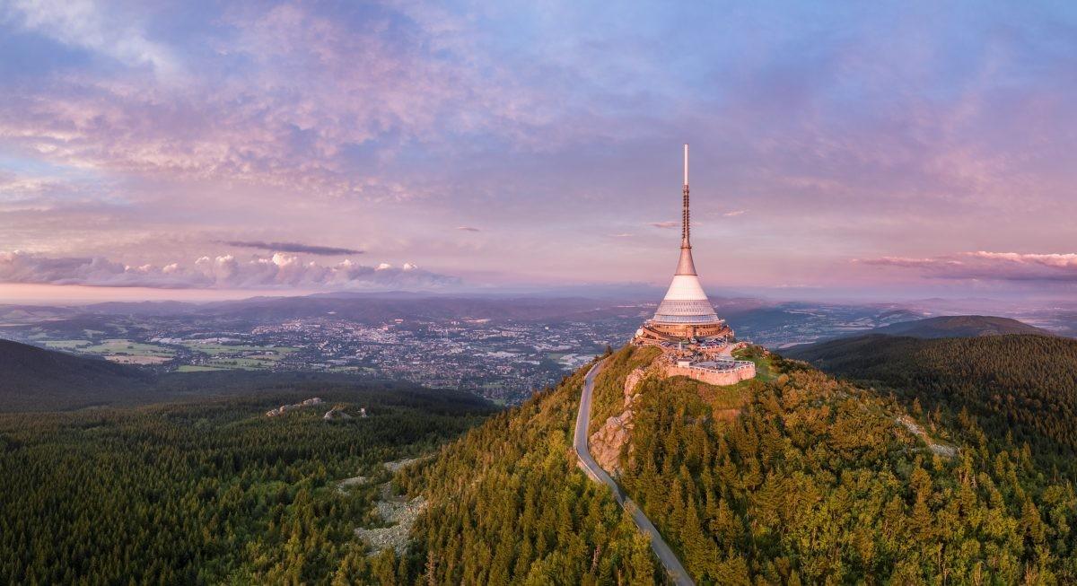 Ještěd (Duits: Jeschken) is de hoogste berg van 1012 meter in het Jeschkengebergte.