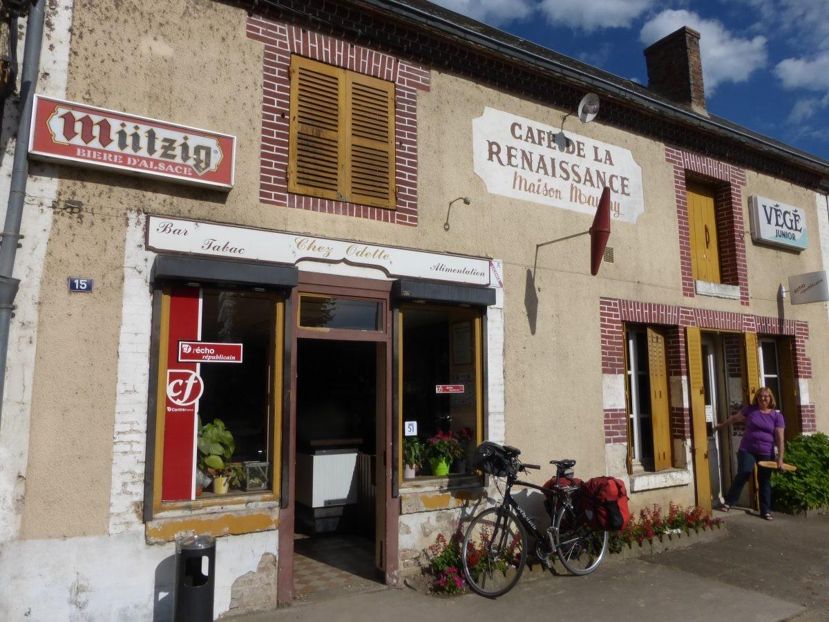 er is altijd wel een café of een winkeltje, foto Bert Sitters