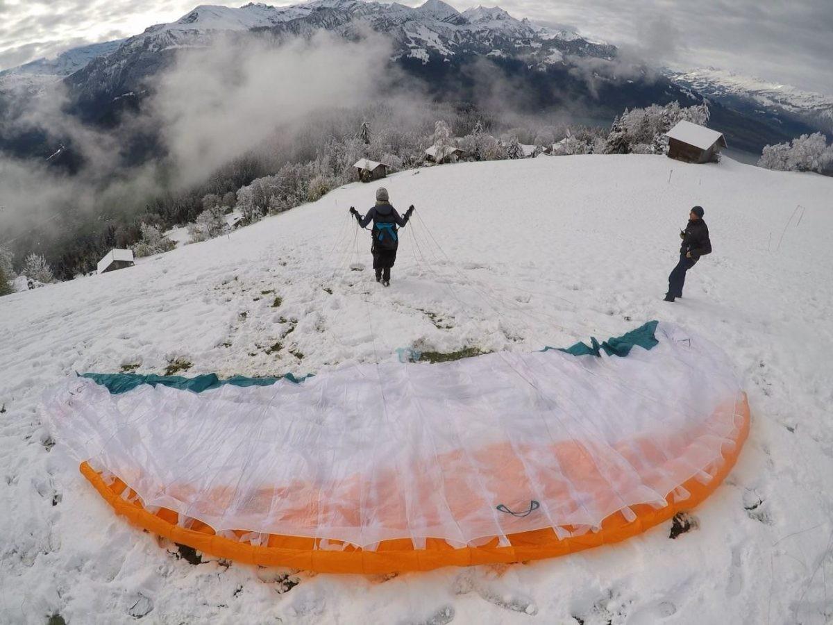 Paragliden in de sneeuw.