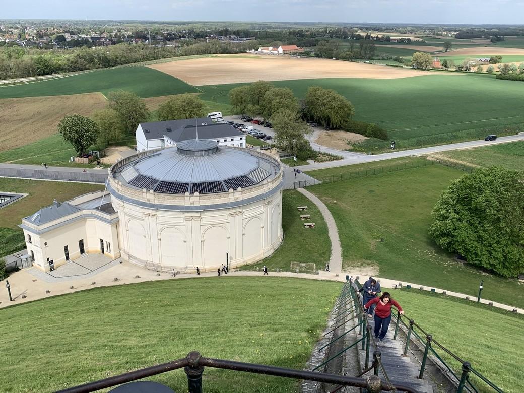 En zo ziet de wereld eruit als je op 45 m. hoogte onder de Leeuw van Waterloo staat.