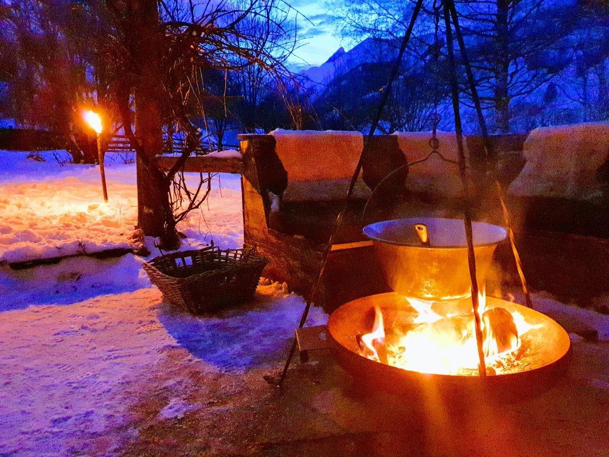 Winter borrel met gluhwein van het vuur. Foto: Sietske Mensing