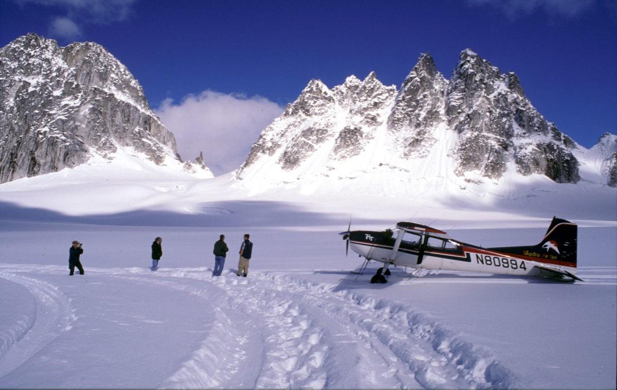 Met een klein vliegtuigje naar plaatsen waar je met de auto niet kunt komen. Foto: Askja Reizen