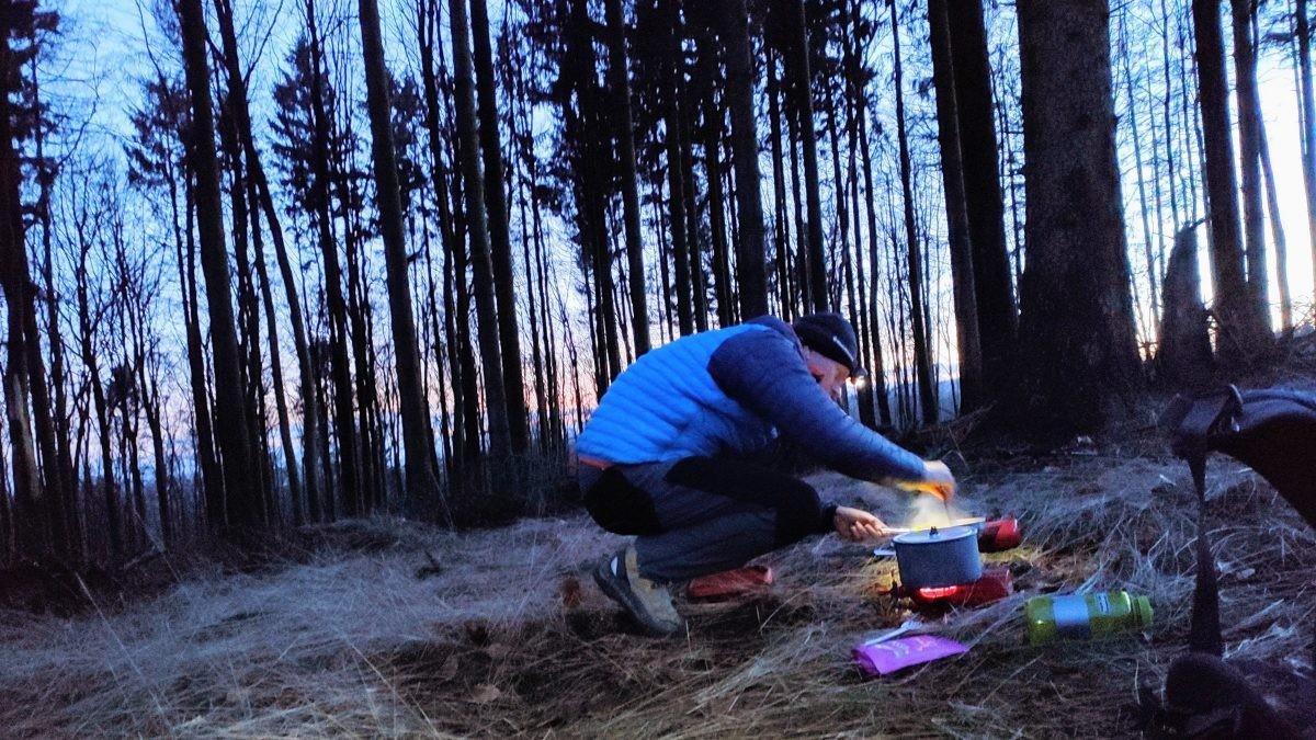 Snel koken voor we koud worden. Foto: Bart Baars - the7in7.nl