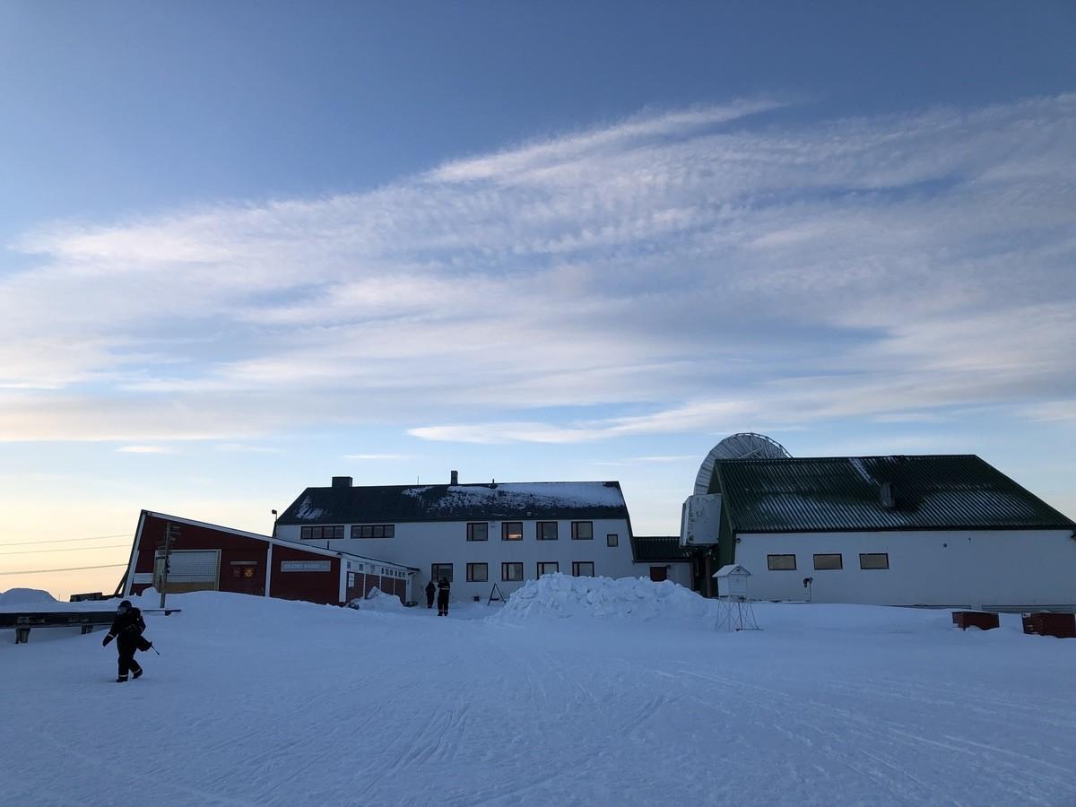 Niet veel mensen ter wereld kunnen zeggen dat ze in het Isfjord Radio Hotel hebben geslapen. Foto: Askja Reizen