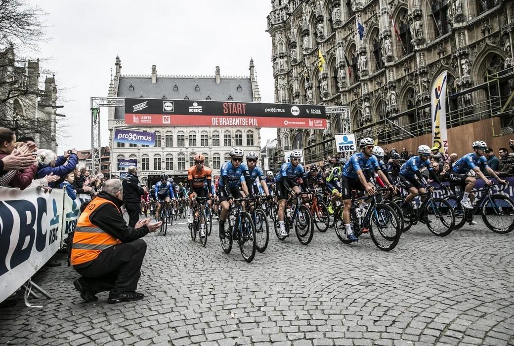 Aan de start van de 'echte' Brabantse Pijl voor de jongens en meisjes in lycra.