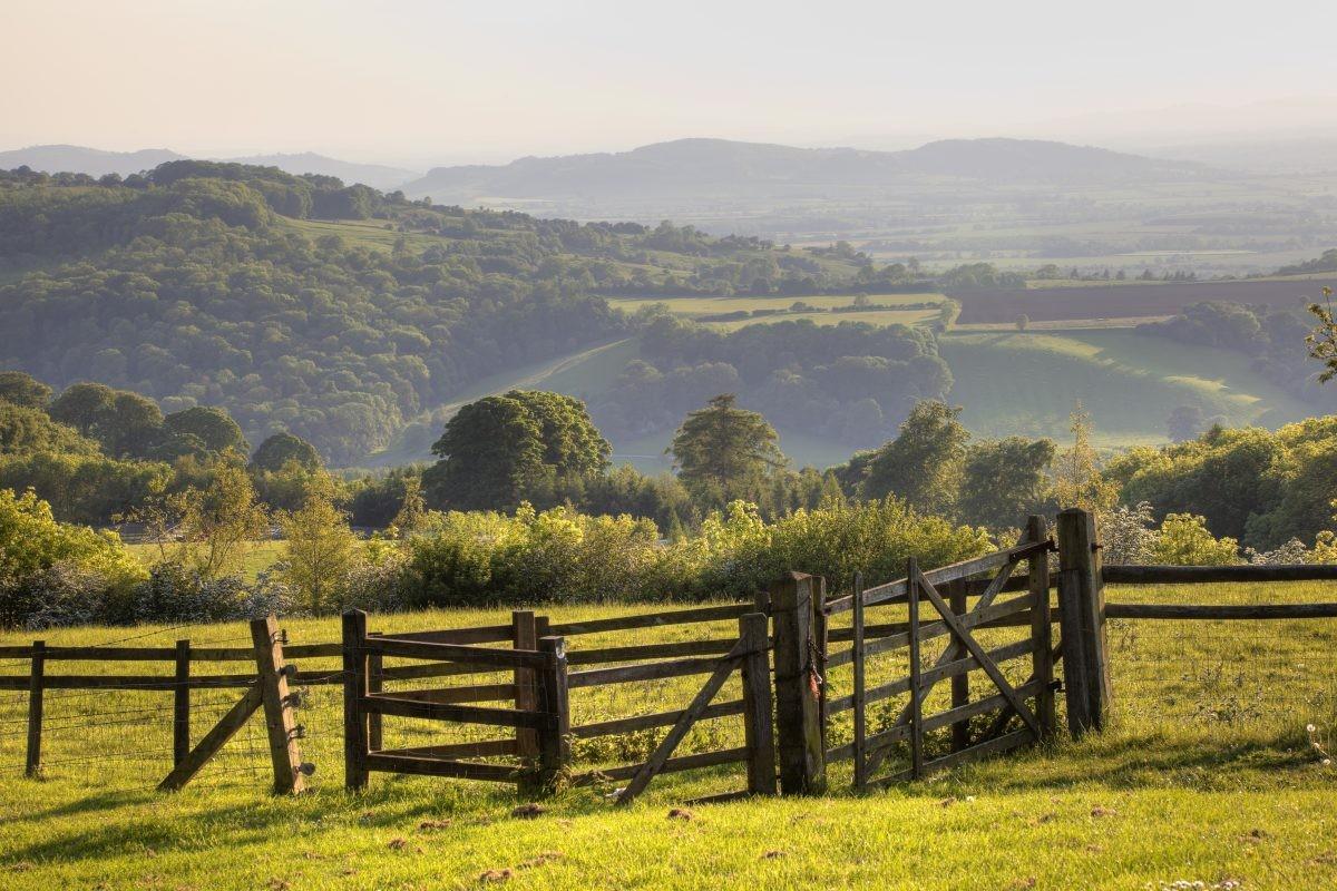 Rij via oude slingerweggetjes door het groene en heuvelachtige landschap. Foto: Buro Scanbrit
