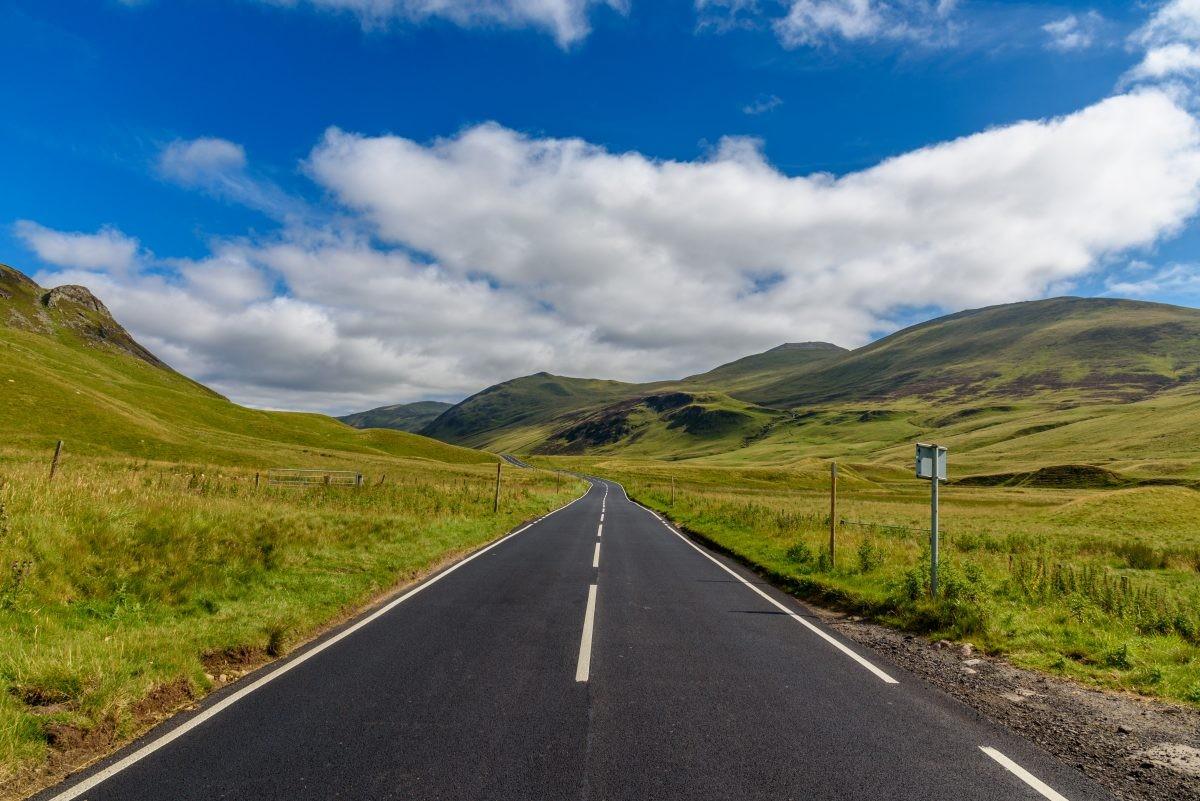 Rijden door een eindeloos landschap in Schotland. Foto: Buro Scanbrit