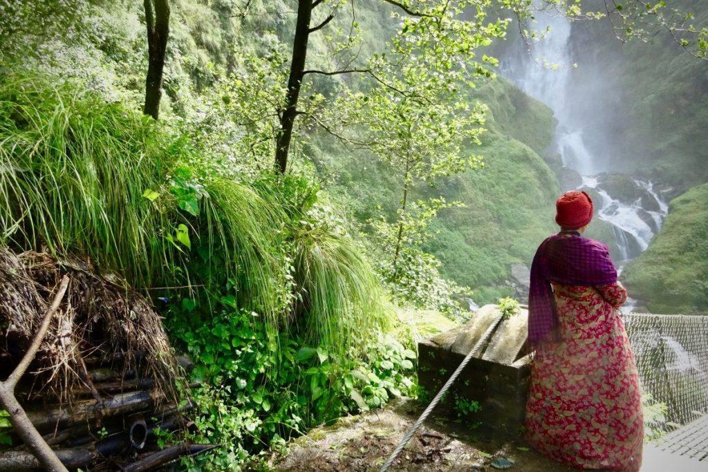 Deze afbeelding laat een lokale bewoner in het natuurlijke landschap op de Pike Peak trail zien