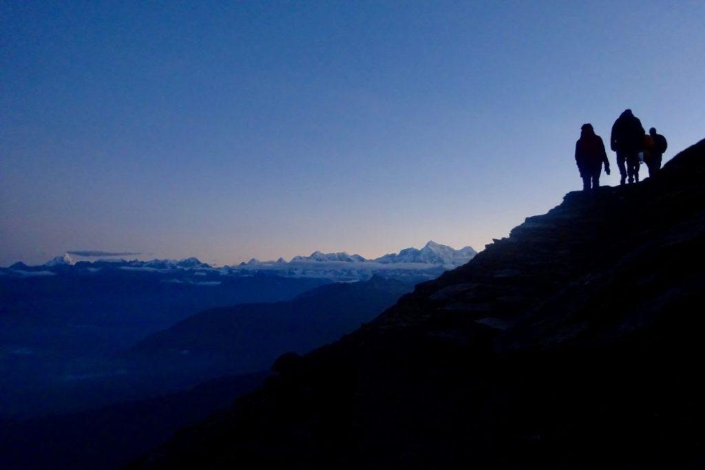 Deze afbeelding is een illustratie van de klim naar het hoogste punt van de Pike Peak trail, met wijds uitzicht over de Himalaya van Oost tot West