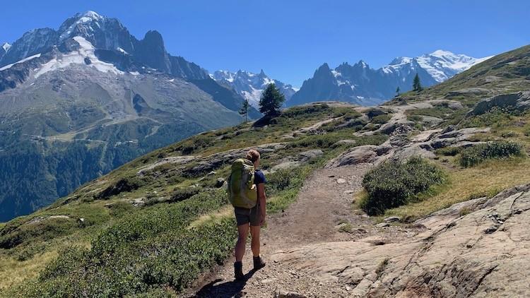 De Mont Blanc ligt te stralen op de achtergrond. Tour des Aiguilles Rouges Foto: Dagmar Wolters