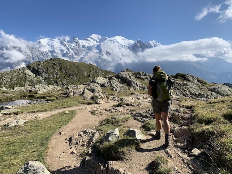 Groen, rotsig en de besneeuwde bergtoppen. Tour des Aiguilles Rouges Foto: Dagmar Wolters