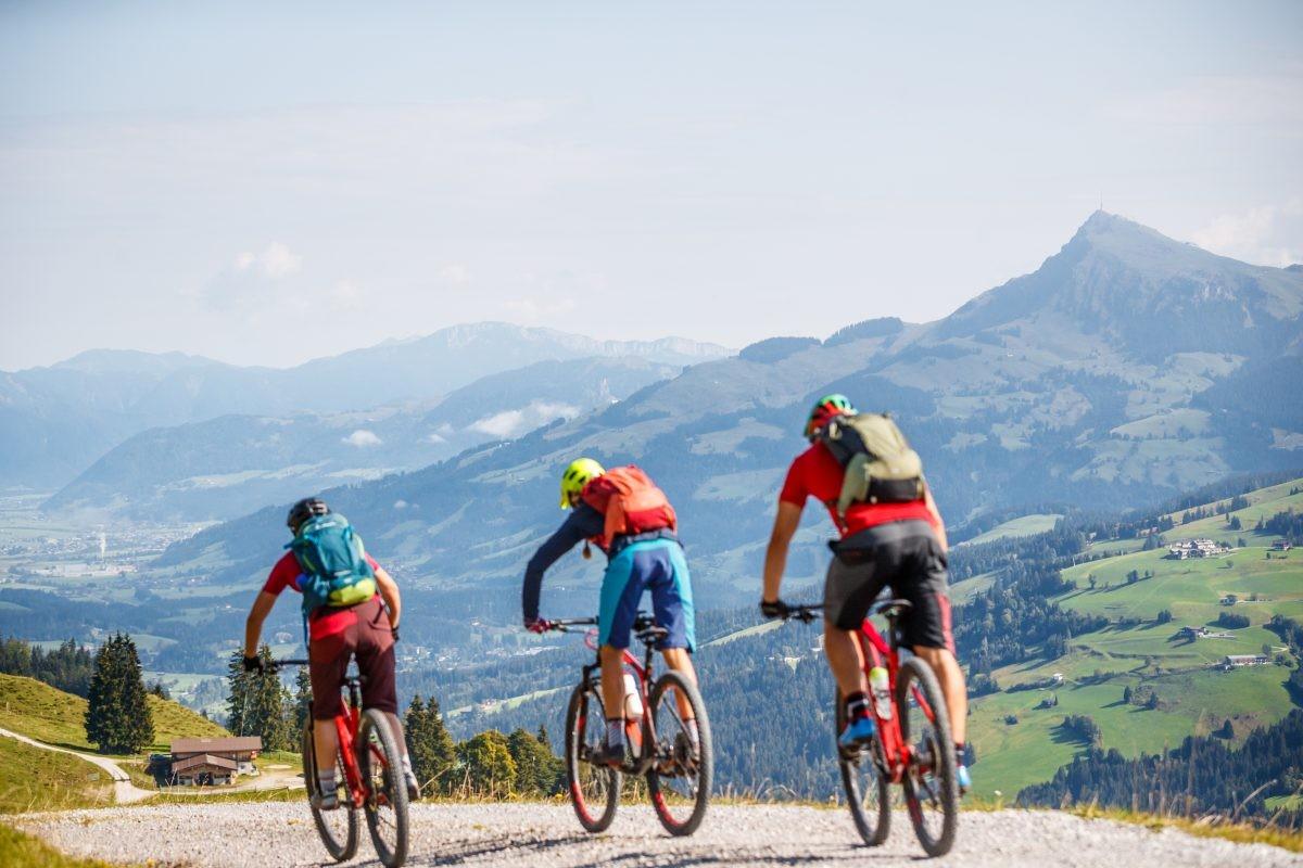 Pak je de e-bike of toch de gewone mountainbike, zoals deze fietsers op weg naar de Wiegalmtrail? Foto: Erwin Haiden