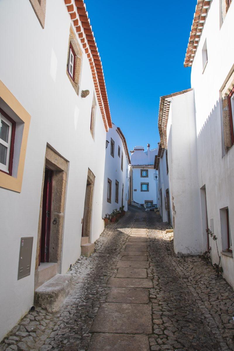 Witte huizen en smalle straatjes in Castelo de Vide