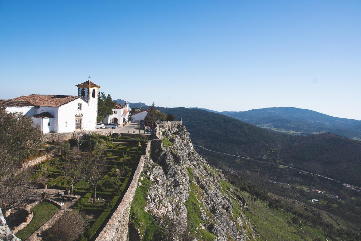 Uitzicht over het landschap en de kasteeltuinen van Castelo de Marvão