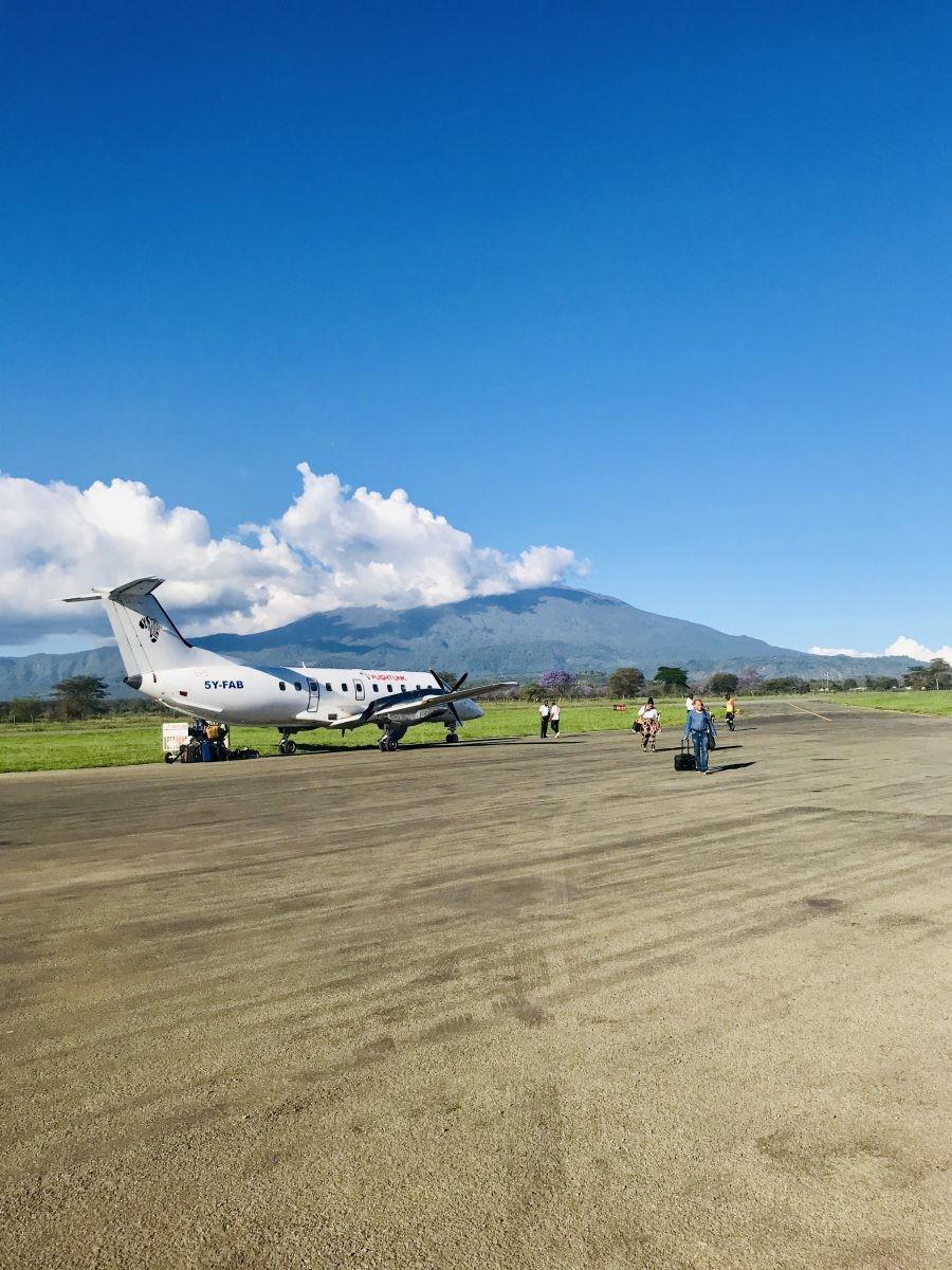 Soms heb je geluk, en vind je een gunstige vlucht naar het kleine vliegveld van Arusha. Foto: Pauline van der Waal