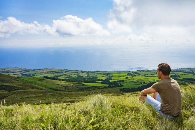 Moment van rust tijdens wandeling in heuvels Sao Miguel