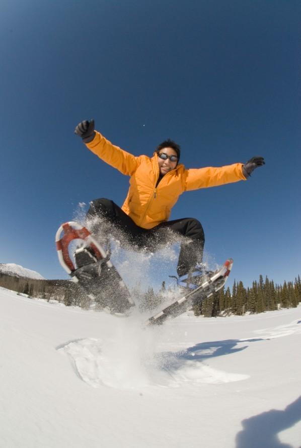 Of het zo moet zoals deze meneer weet ik niet, maar sneeuwschoenwandelen kan niet aan je reis ontbreken. Foto: C Archbould © Government of Yukon