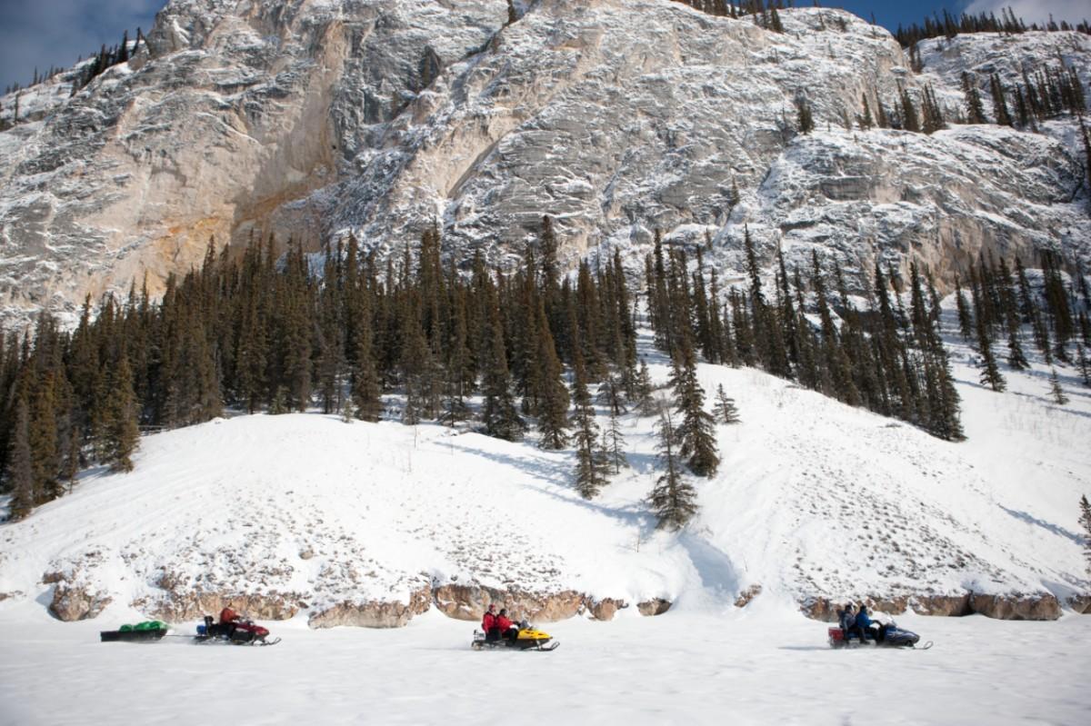 Met de sneeuwscooter kun je snel grote afstanden afleggen in the middle of nowhere. Foto: Fritz Mueller. © Yukon Government