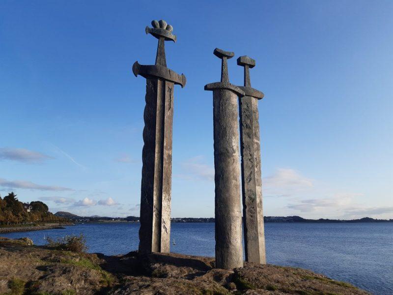 Zwaarden in Rots monument