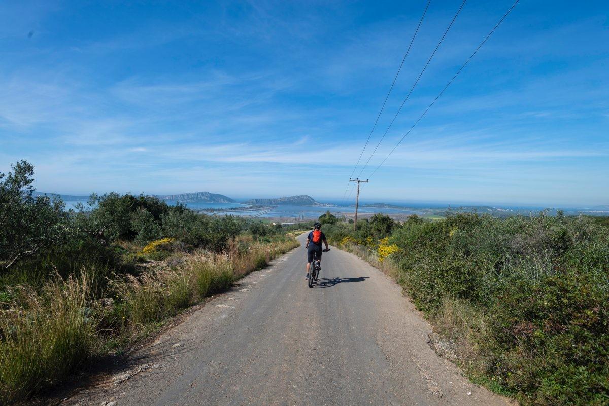 Als we naar beneden fietsen zien we de lagune onder ons. Foto: STELLIOS/ MBike