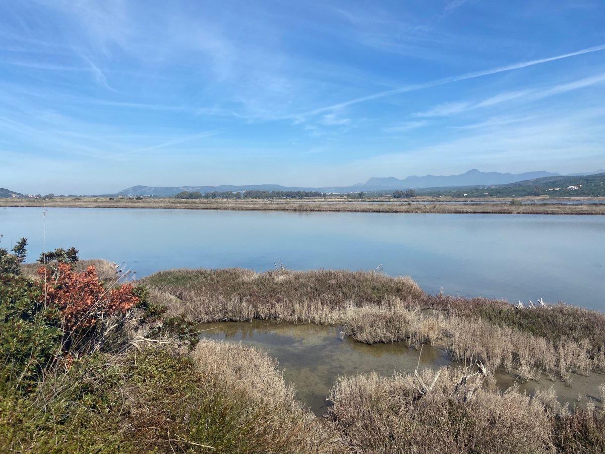 De lagune met de bergen op de achtergrond. Foto: Maaike de Vries