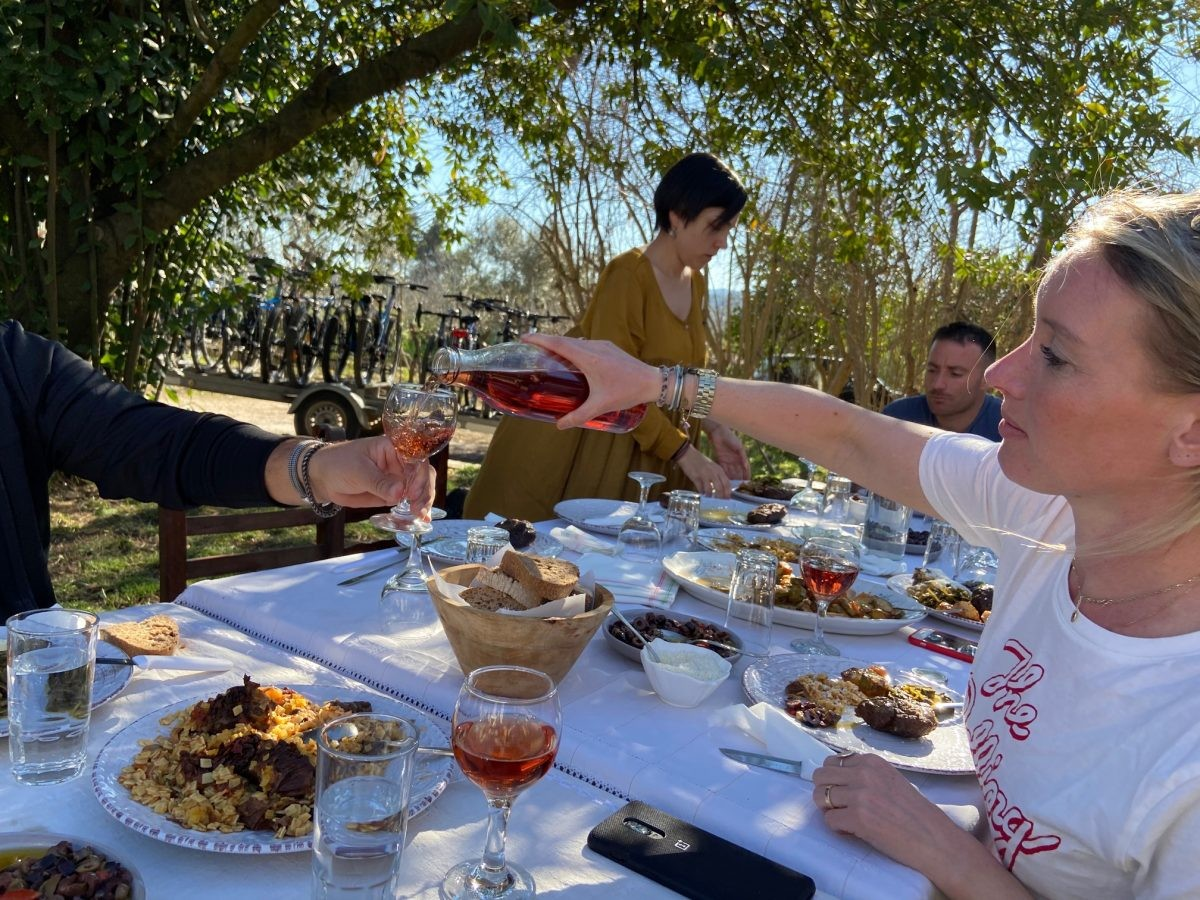 Met elkaar proosten en eten we. Foto: Maaike de Vries