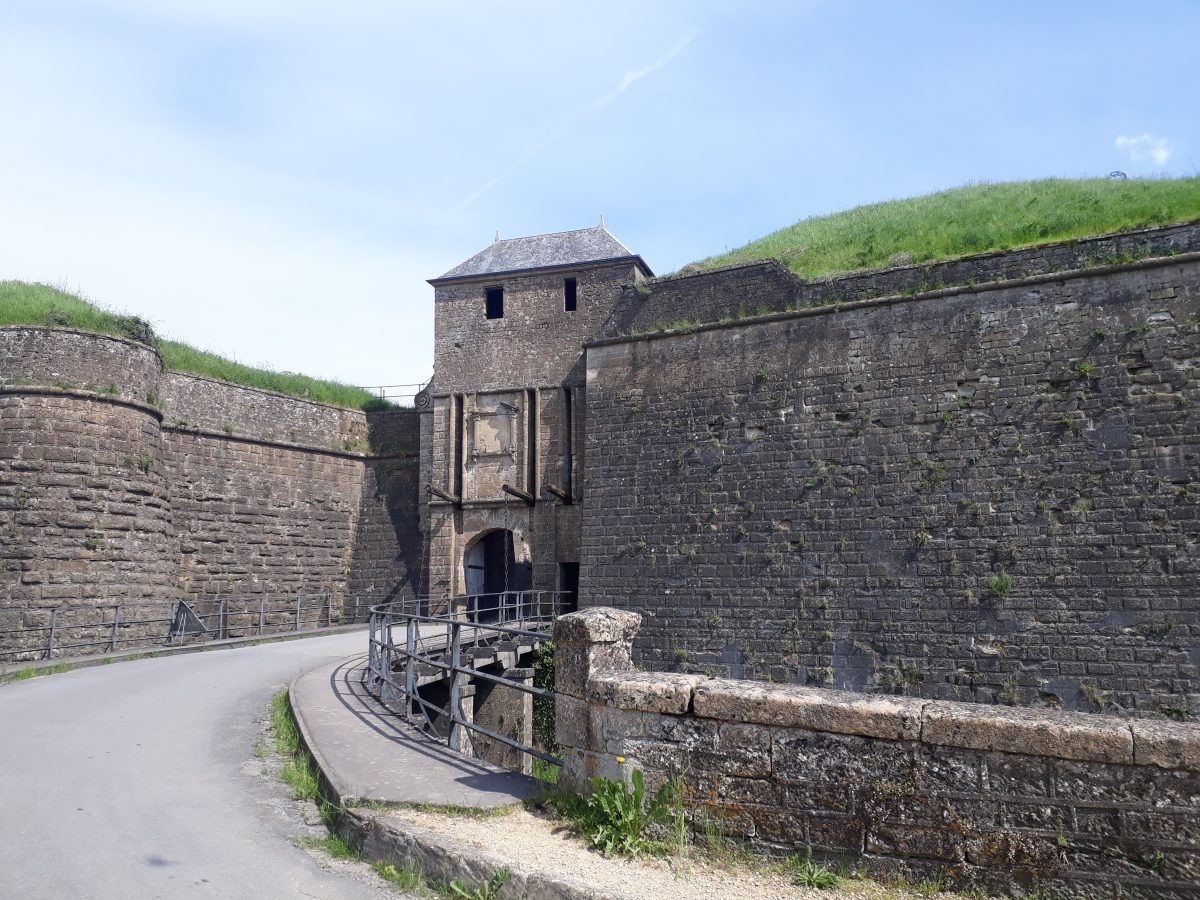 boven voor de poort van de citadel van Montmédy
