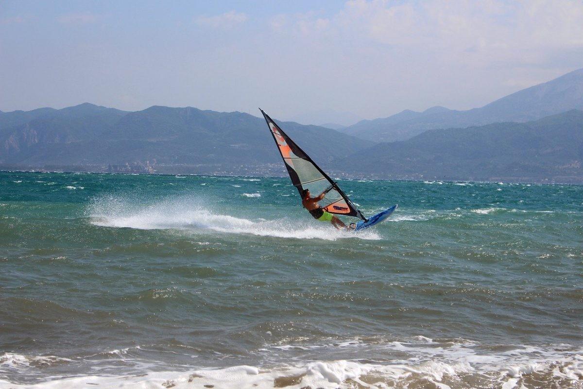 Door de wind uit het noordoosten is het geweldig surfen op Rhodos.