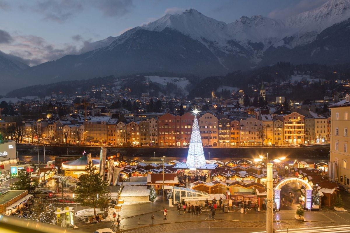 Kerstmarkt op de Marktplatz met Swarovski-kerstboom © Innsbruck Tourismus Daniel Zangerl