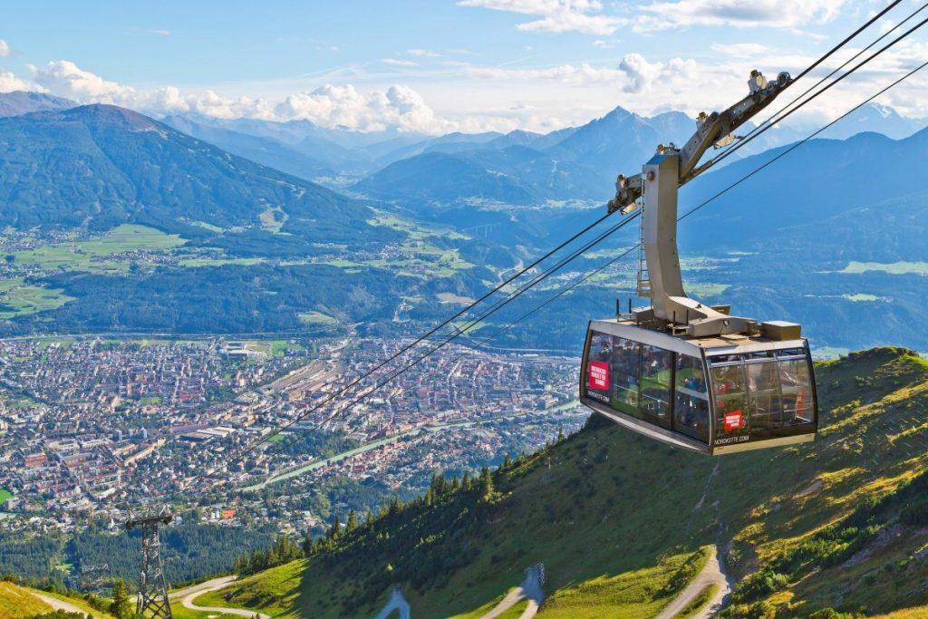 Vanuit de stad omhoog met de Nordkettenbahnen © Innsbruck Tourismus Christof Lackner