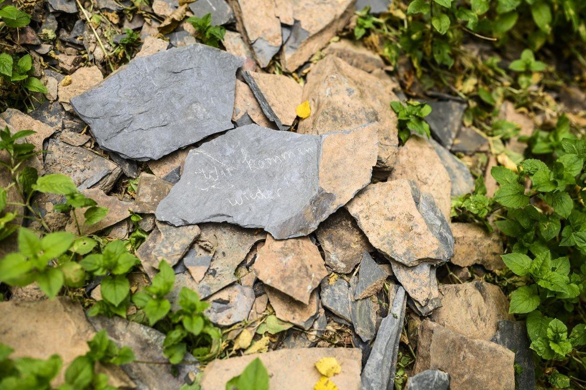Zie je wat er op de stenen geschreven staat? Wij zijn niet de enige die onder de indruk zijn van de Eifel!