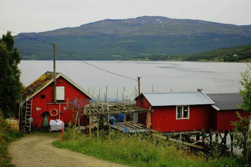 Vele vissershuisjes aan de kust. Misschien van een zee Sami?