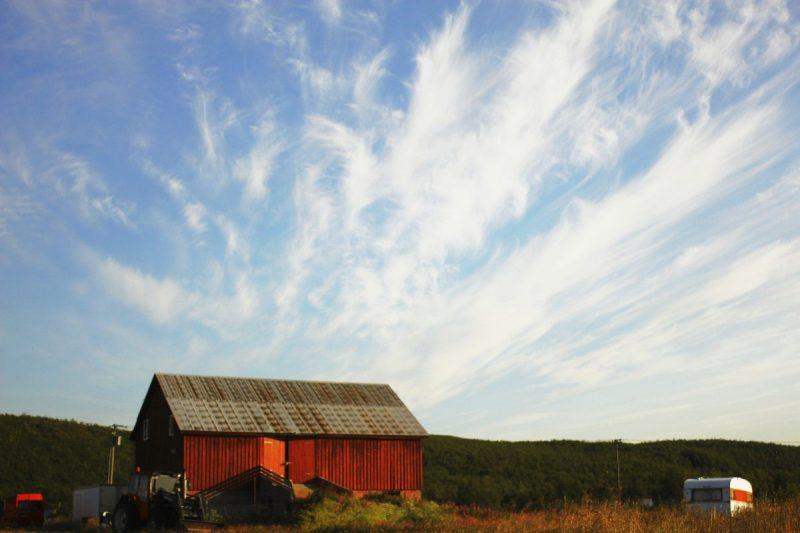 Een van de rode schuren van het Sami gezin dat de boerderij bezit