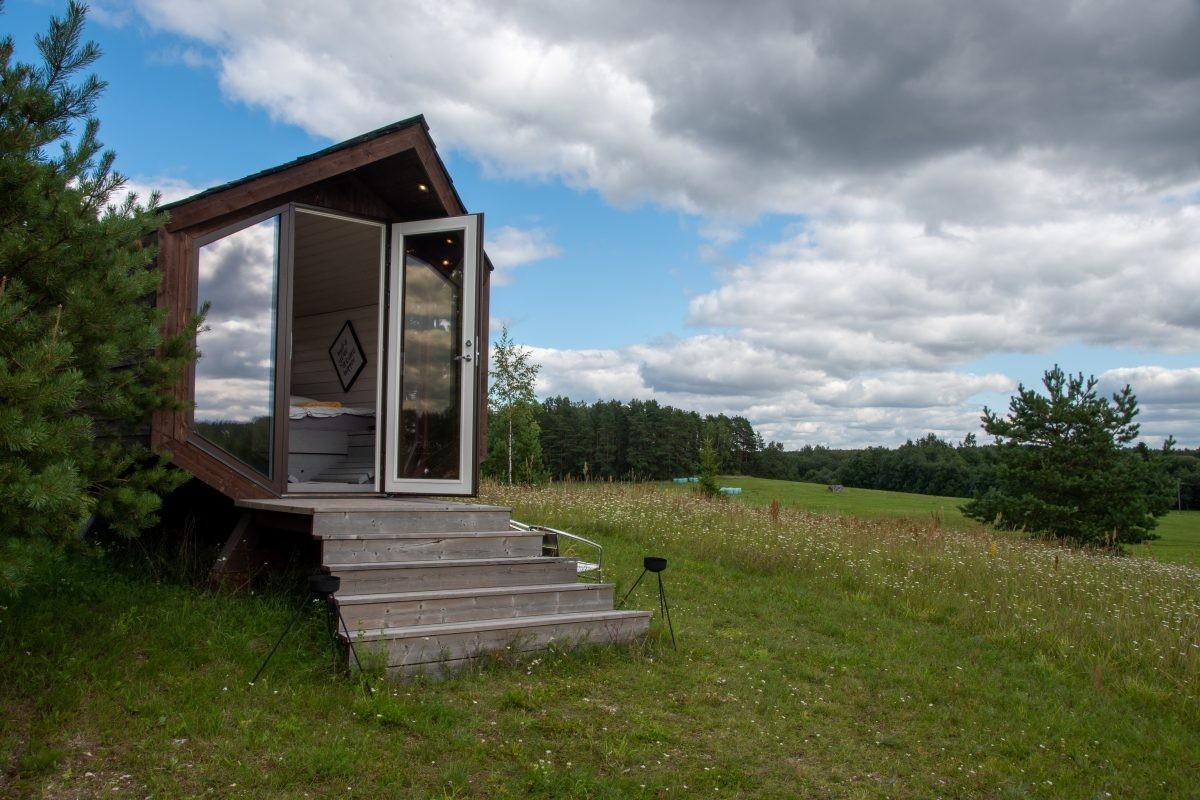De tweede accommodatie, een cabin met alleen een bed en fantastisch uitzicht.